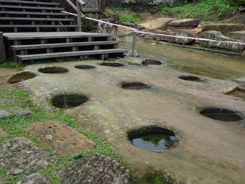 Les premières pierres