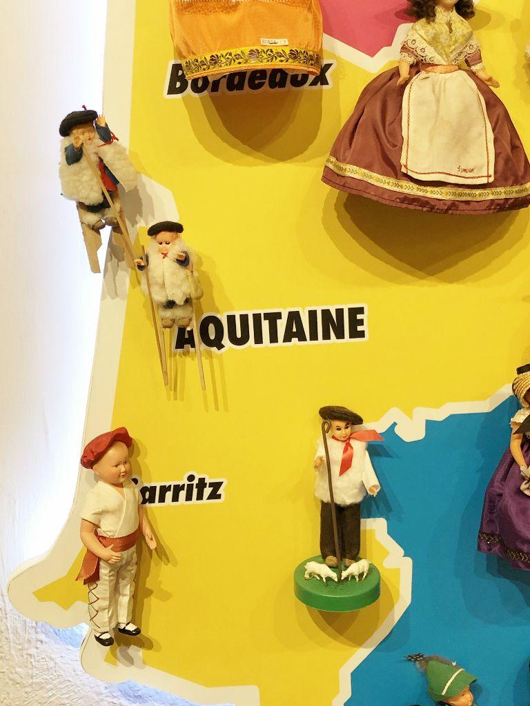 Poupées de France et leurs costumes