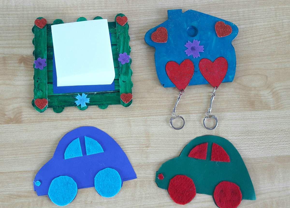 Cadeaux de chez nounou : porte clé et bloc notes avec chacun une jolie carte en forme de voiture