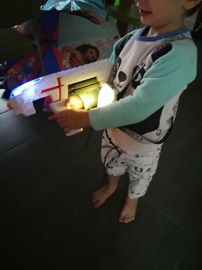 Tiboy du haut de ses 2 ans et demi n'a pas tout compris le principe du jeu mais sait très bien viser sa soeur ! ^^