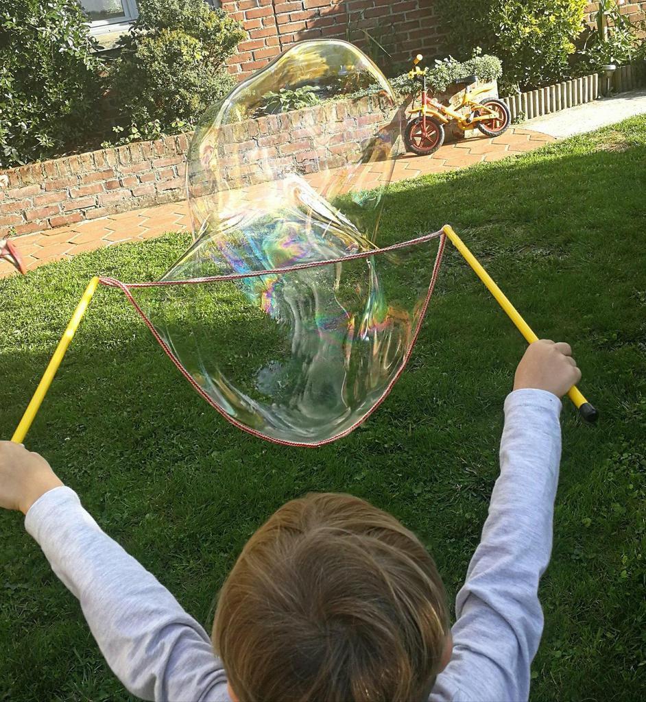 Chouquette et Tiboy en plein fabrication de bulles géantes.