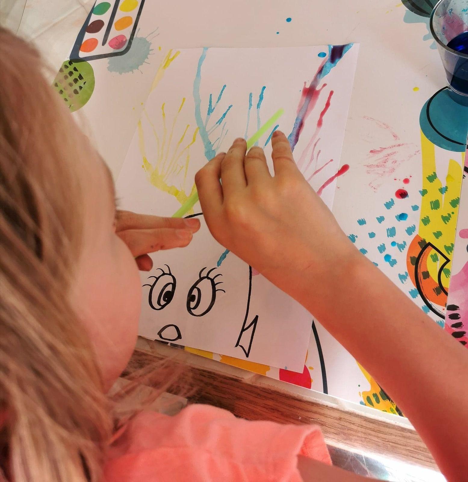 dessiner en soufflant de l'eau colorée avec une paille