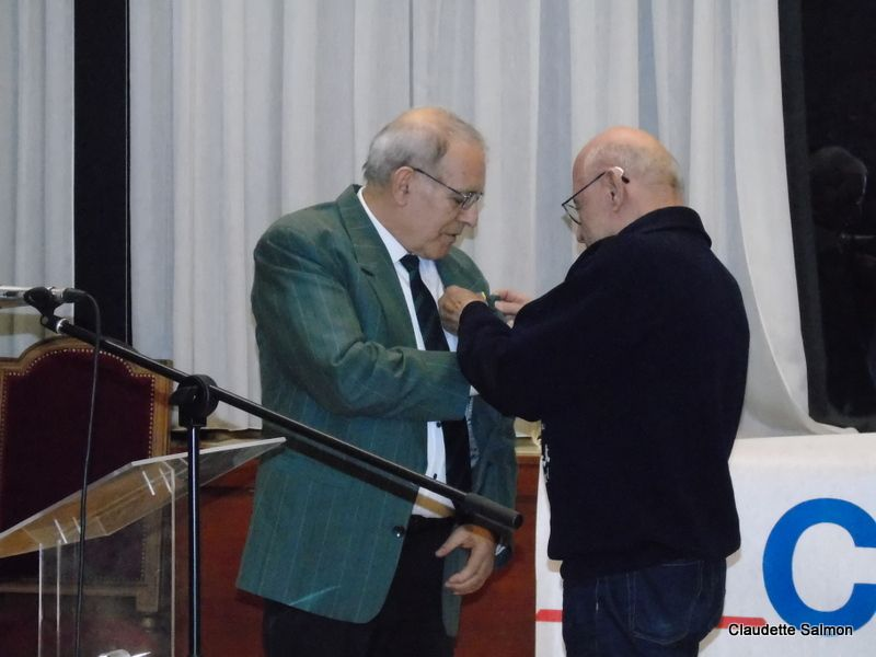 Robert Pelletier remet la médaille d'Or Jeunesse et Sports à Jean-Pierre