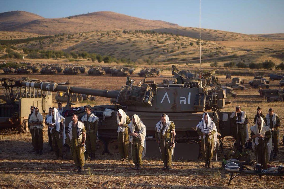 Du spirituel pendant les entraînements à l'artillerie . N.B: uniquement en ISRAEL