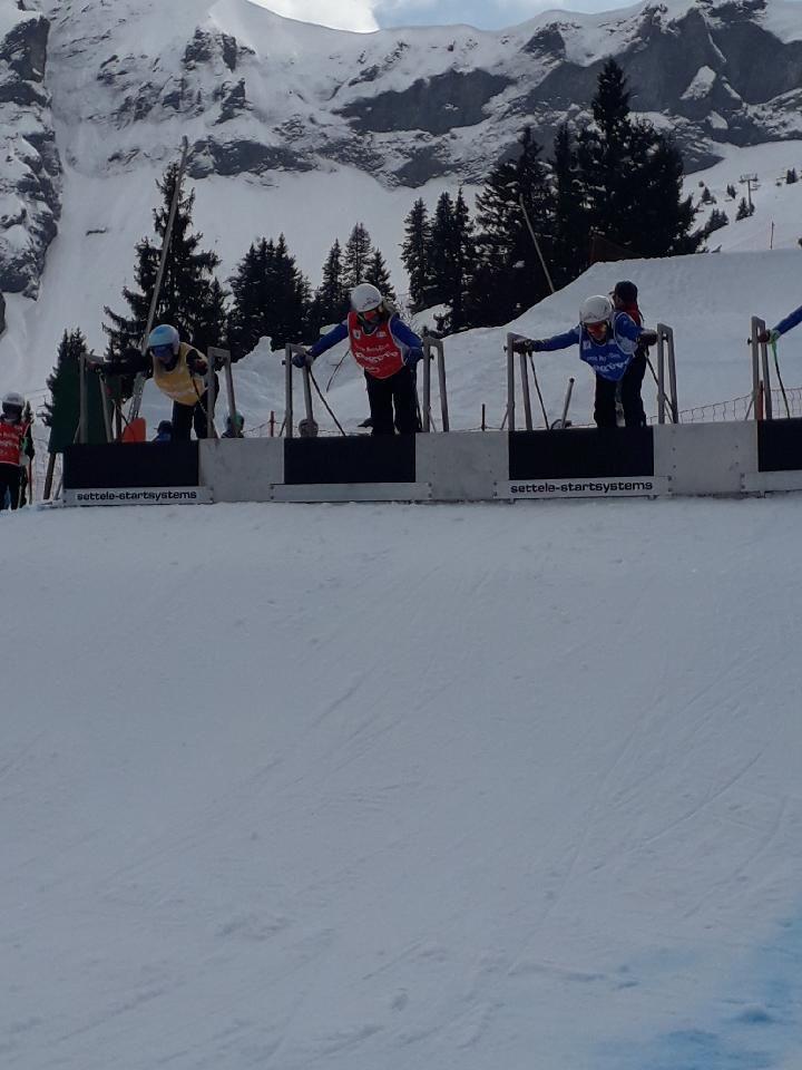 Photo souvenir avec Louanne, Jasmine, Charline, Enzo, Leny, Annick et le champion Olympique de Sochi Jean Fred Chapuis. Au départ en Louanne en jaune qui s'est qualifiée en 16e de finale.