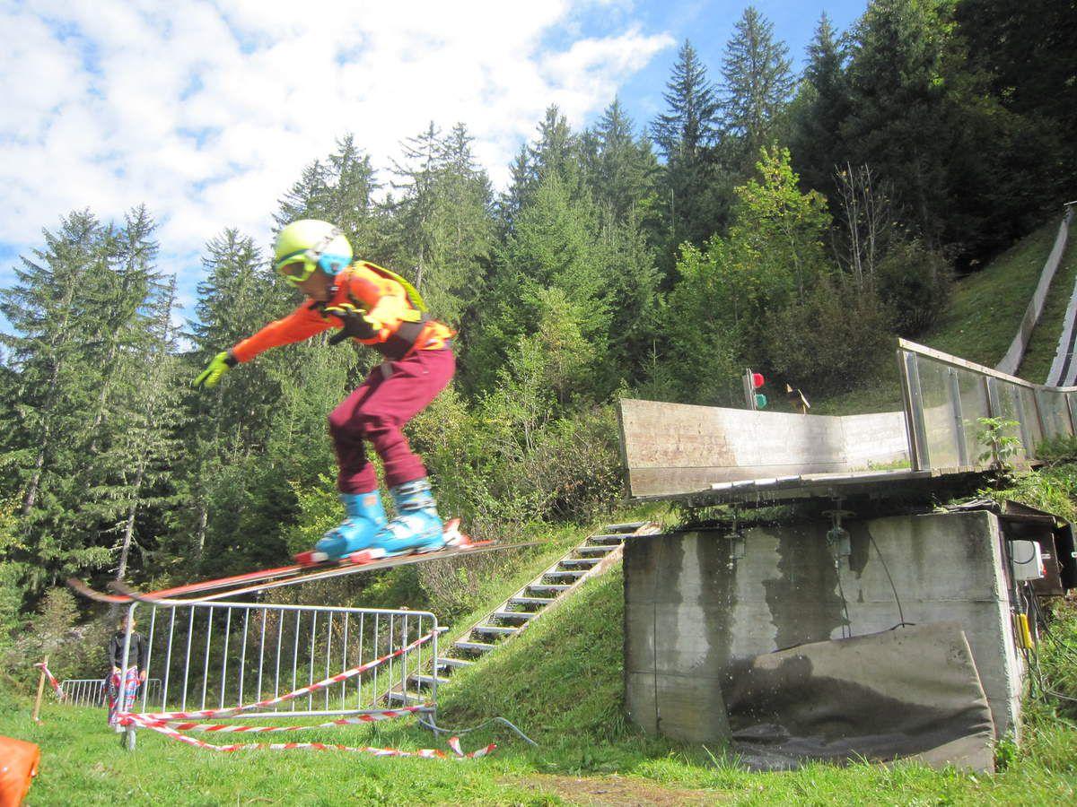 Le club PSA s'est rendu ce samedi aux Contamines avec toutes les catégories d'age aux tremplins de saut à ski. Tout d'abord les premières glissades sur l'herbe synthétique, ensuite les premières prises d'élan,  le saut, et enfin la réception. Tout le monde a pu découvrir de nouvelles sensations et savoir dépasser ses propres limites.  Il suffit de regarder les visages au moment du saut!