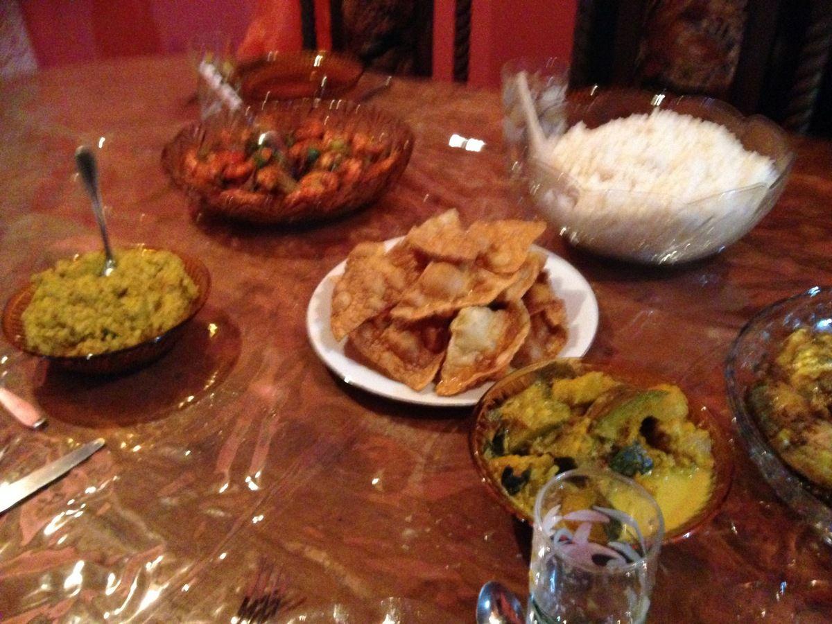 """Wattalappam , breakfast Sri Lankai, épices et Pappadam rapportés en France, le Rice and Curry parfumé qu'elle nous a préparé. Les sourires et mon """"PASSION JUICE"""" préféré"""