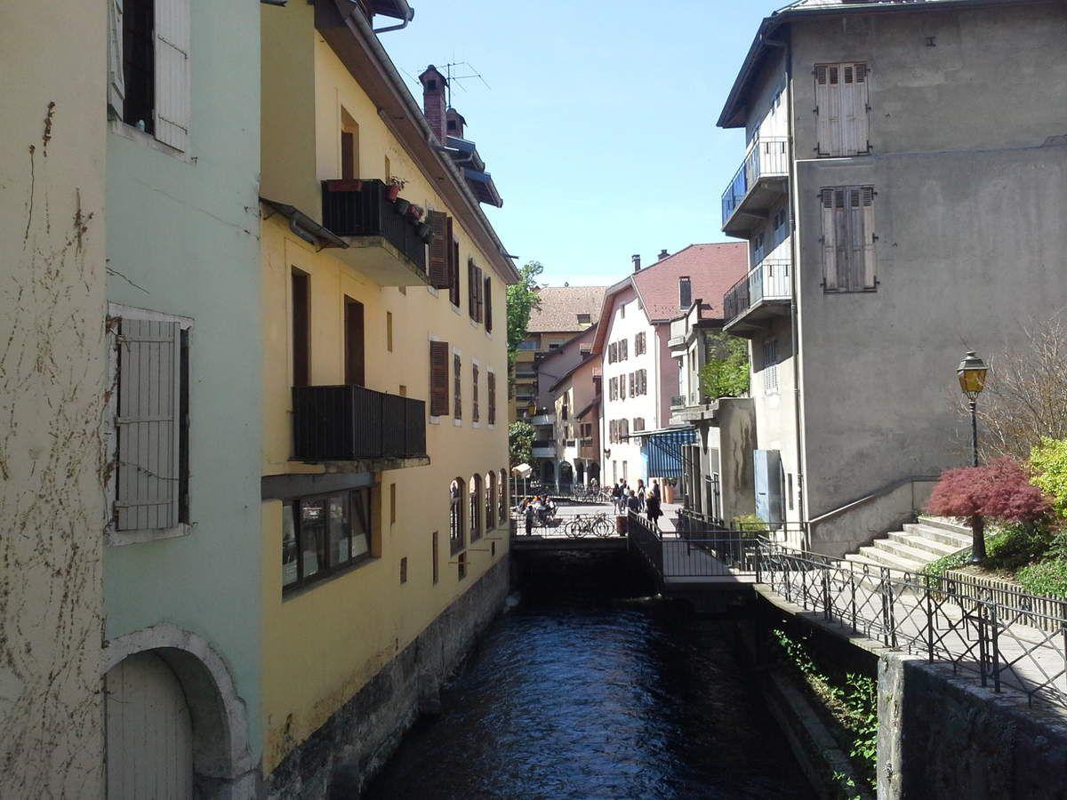 Lac d'Annecy la vieille ville et les canaux, la piste cyclable autour du lac.