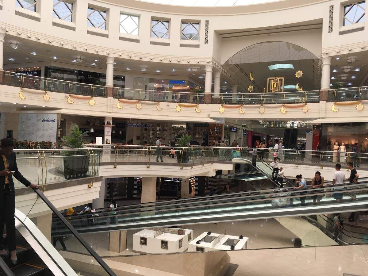 Galerie commerciale avec un Supermarché CARREFOUR et son stand d'épices.