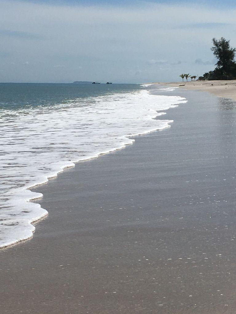 Un archipel sur la MER D'ANDAMAN, à la frontière ThaÏ. Plage déserte de TANJUNG RHU au Nord.