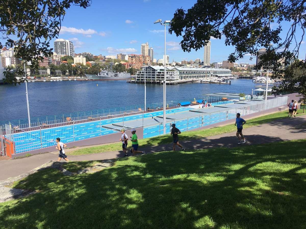SYDNEY cité toujours tournée vers l'eau, où l'on peut faire de la voile facilement, après le travail.