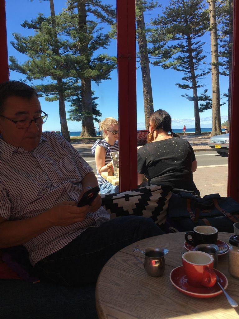 le Restaurant Hemingway's à MANLY tenus par des Savoyards de Val Tho et la vue sur la plage.