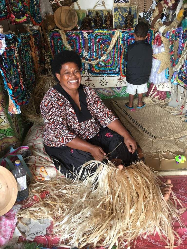la vie tranquille aux Fiji, même sous la pluie parfois dans un bus d'un autre âge, sans fenêtre. Ma spécialité favorite : Kokoda (poisson mariné lait de coco et citron)