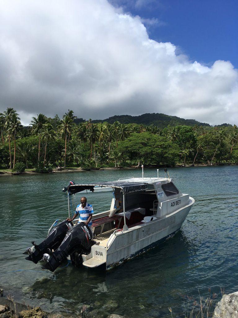 Le bus puis le ferry pour arriver à TAVEUNI. Ils ont un bateau ambulance, regardez bien !