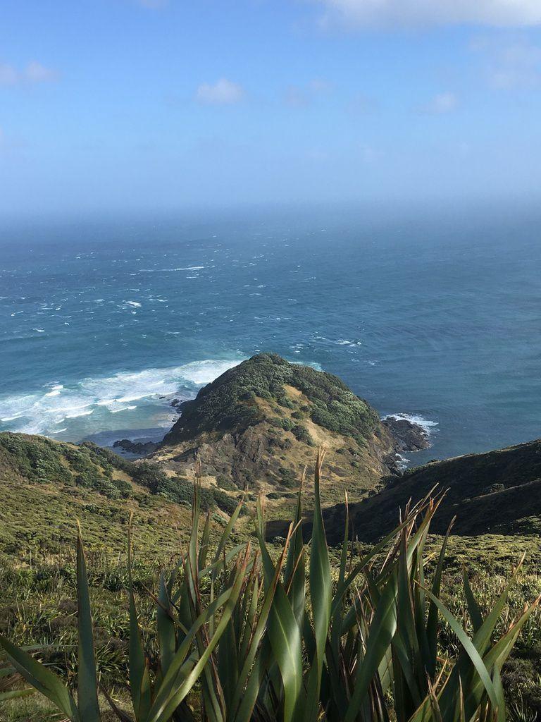 La rencontre de la Mer Tasman (à l'Ouest)  et de l'Océan Pacifique (à l'Est) aux courants contraires dangereux