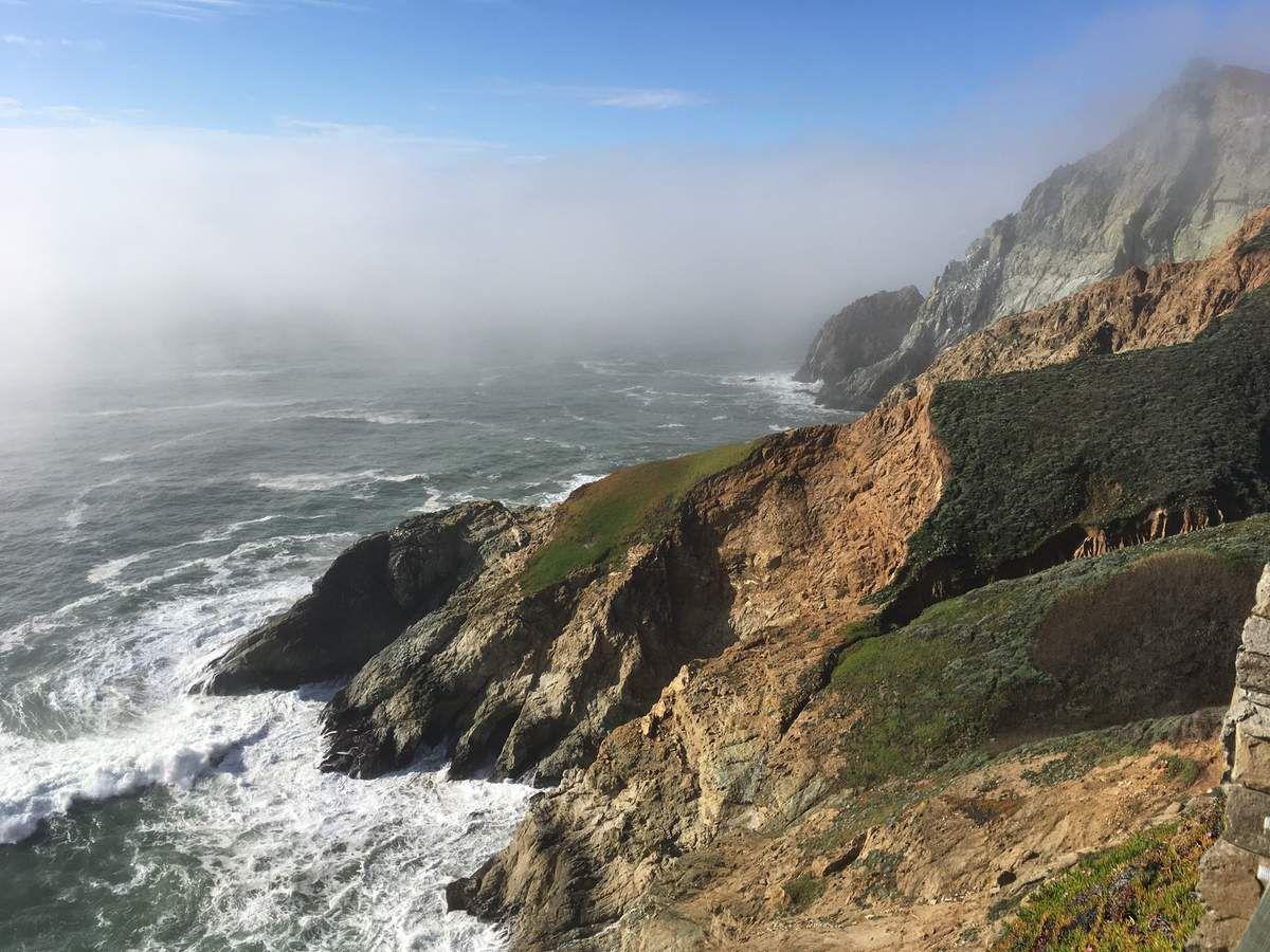 la côte Pacifique sauvage et brumeuse puis l'arrivée à San Francisco et ses collines.