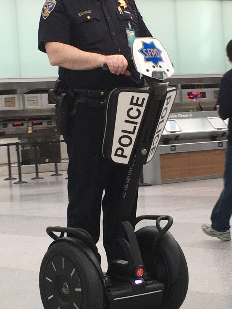 Cool d'être policier  en Segway à l'aéroport, c'est tellement grand ...