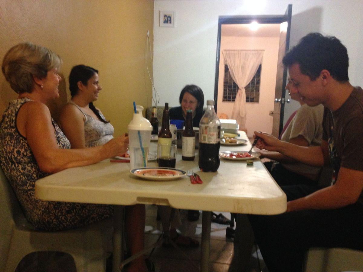 Mariel, au bout de la table, fait la traduction anglais --> espagnol.