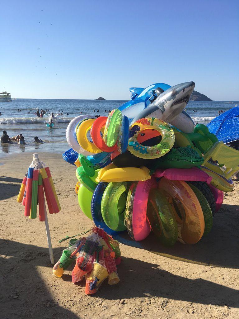 les marchands d'articles de plage sont heureux, les clients sont très nombreux.