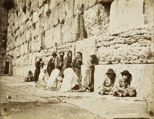 """Hébreux juifs priant au """"Mur des lamentations"""" (Kotel, vestige du Temple de Salomon, qui donne tout son sens à la phrase: """"L'an prochain à Jérusalem"""")"""
