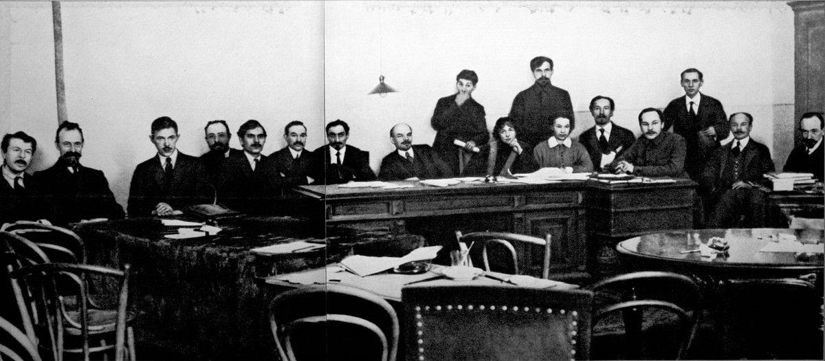 Le premier gouvernement soviétique. A la gauche de Lénine, au centre, Alexandra Kollontaï, Commissaire du peuple à l'Assistance publique...