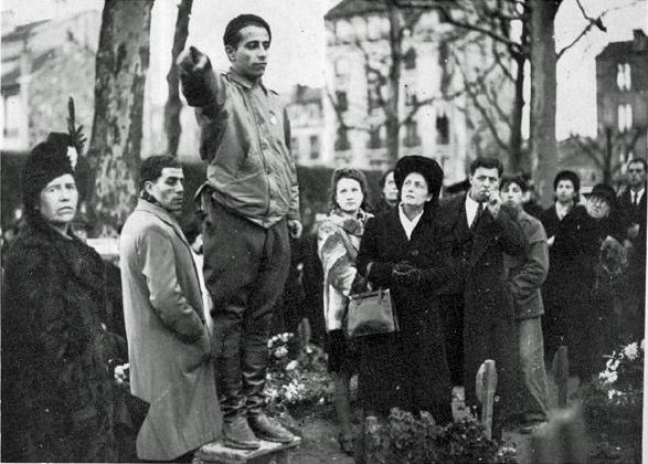 Arsène Tchakarian (au centre) en septembre 1944 lors de la première cérémonie après la libération de la France en l'honneur des fusillés du groupe Manouchian au cimetière parisien d'Ivry.