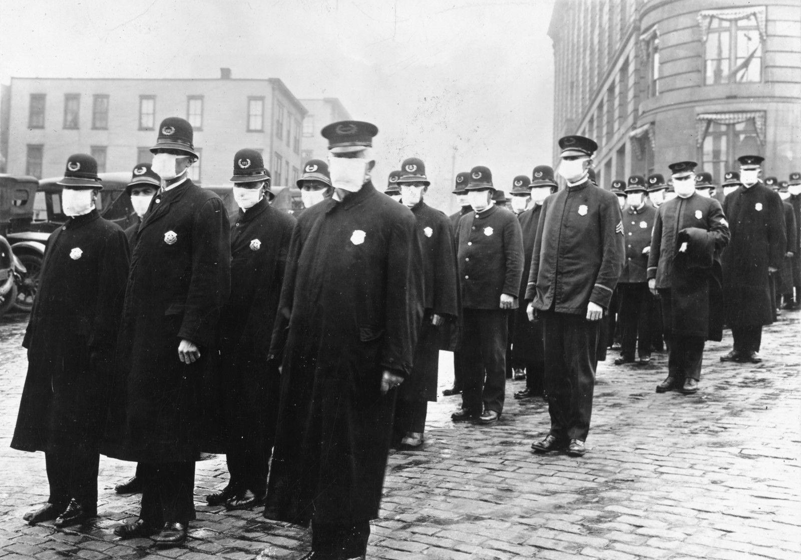 En décembre 1918, à Seattle, les forces de l'ordre sont équipées de masques. Source: https://fr.wikipedia.org/wiki/Grippe_espagnole#/media/Fichier:165-WW-269B-25-police-l.jpg