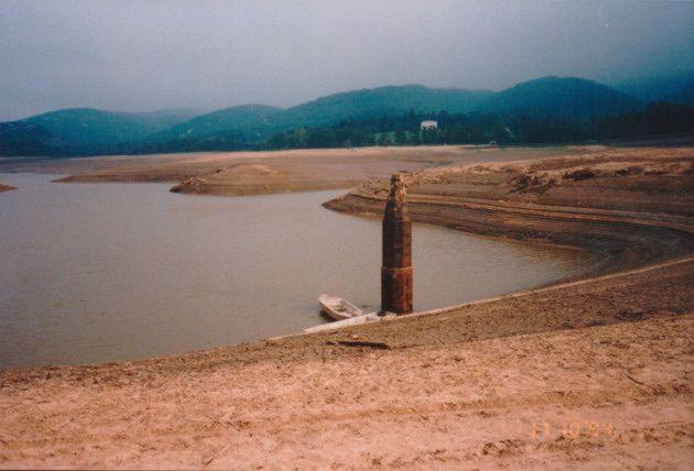 Le lac de Saint-Ferréol lors de la vidange de 1994. (Photo : Voies Navigables de France/archives des canaux du Midi)