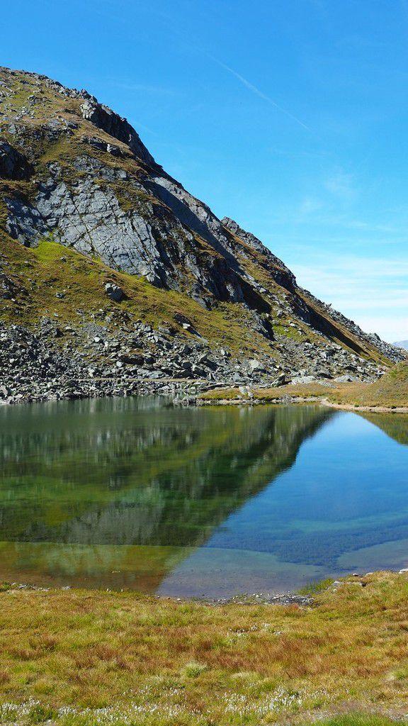 Variations de bleus et de verts sur ce petit lac