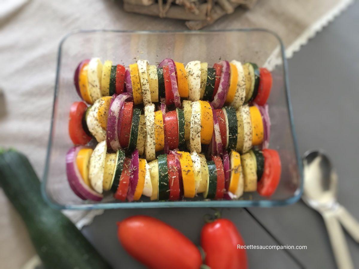 Tian de légumes oignons rouges, courgettes, tomates, pommes de terre et mozzarella