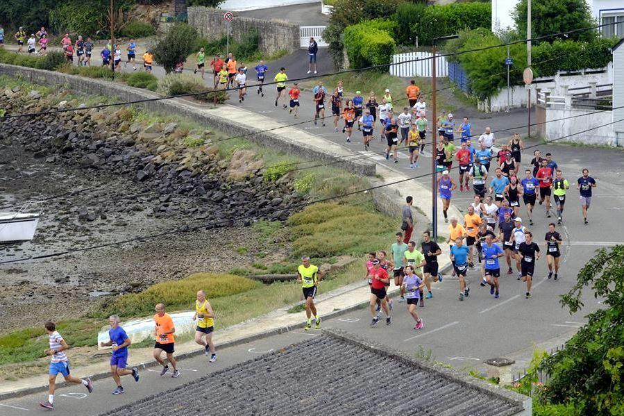 Les coureurs sur la promenade Rallier du Baty à Locmiquélic -12 août 2018- (photos Arnaud Balzac)