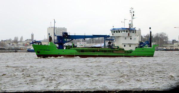 jeudi 19 décembre 2019 : Fort Boyart quitte le port de Pen Mané sous le grain et par une mer houleuse.
