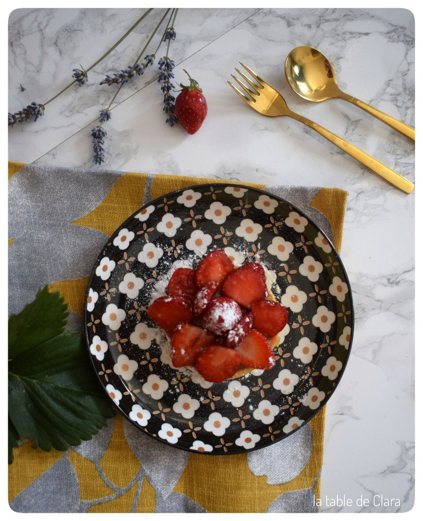 Tartelette aux fraises sur compotée de rhubarbe
