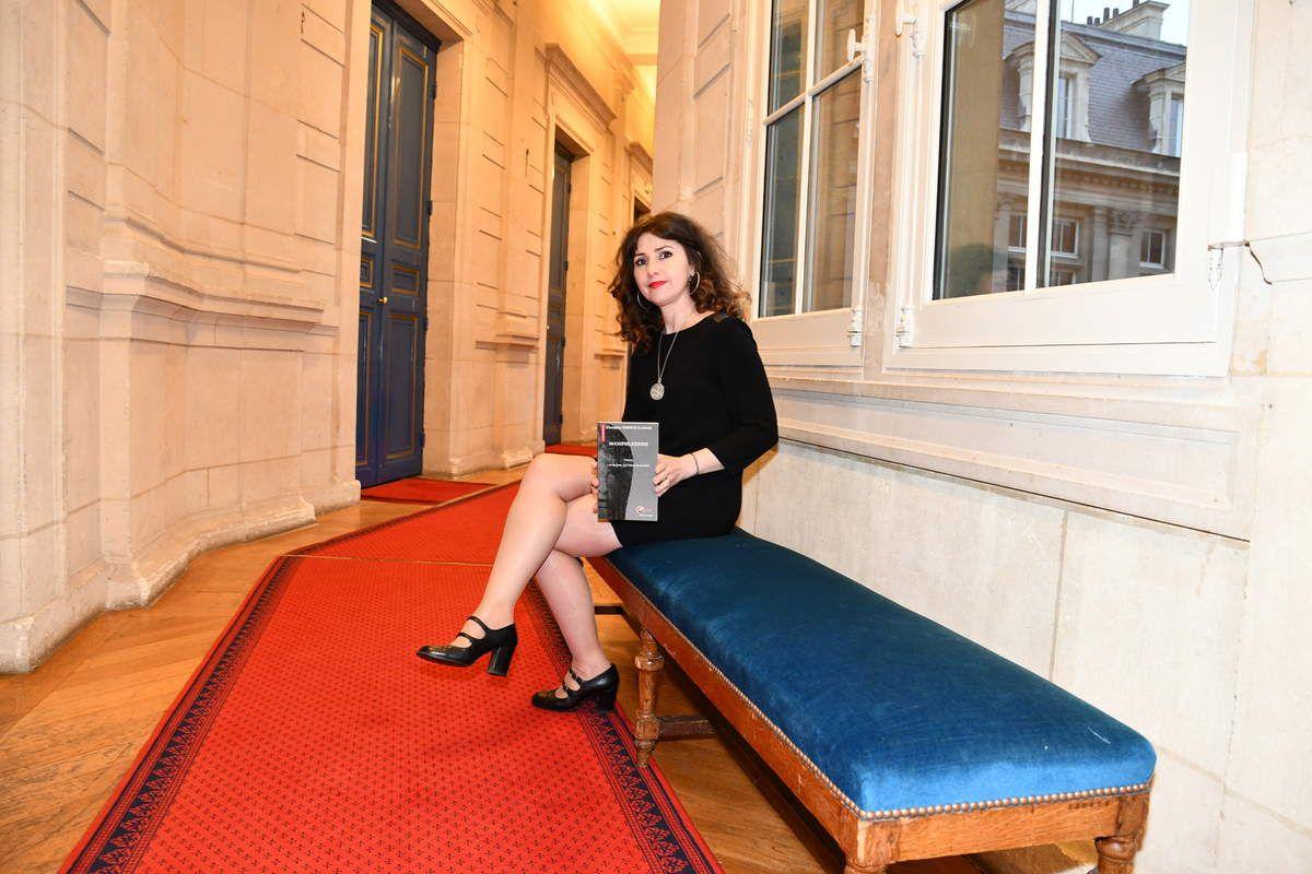 Un journaliste en quête de sensations fortes, une femme superbe retrouvée morte dans une forêt proche de Paris, une famille qui cache de lourds secrets…  Lorsque Gabriel, reporter cantonné à la rubrique « vie quotidienne » d'un grand journal parisien, se met en tête d'enquêter sur le meurtre d'Ursula Adoni, il n'imagine pas à quel point sa vie tout entière va s'en trouver bouleversée. Et lorsque Luisa, la belle-fille de la victime dont il est tombé éperdument amoureux, fait figure de suspecte idéale, il comprend vite qu'il vient de mettre les pieds dans un engrenage infernal dont personne, pas même lui, ne sortira indemne…  Un thriller haletant, un suspense intact jusqu'à la dernière page !