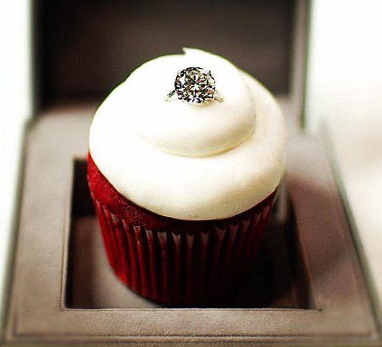 bánh red velvet đính nhẫn kim cương