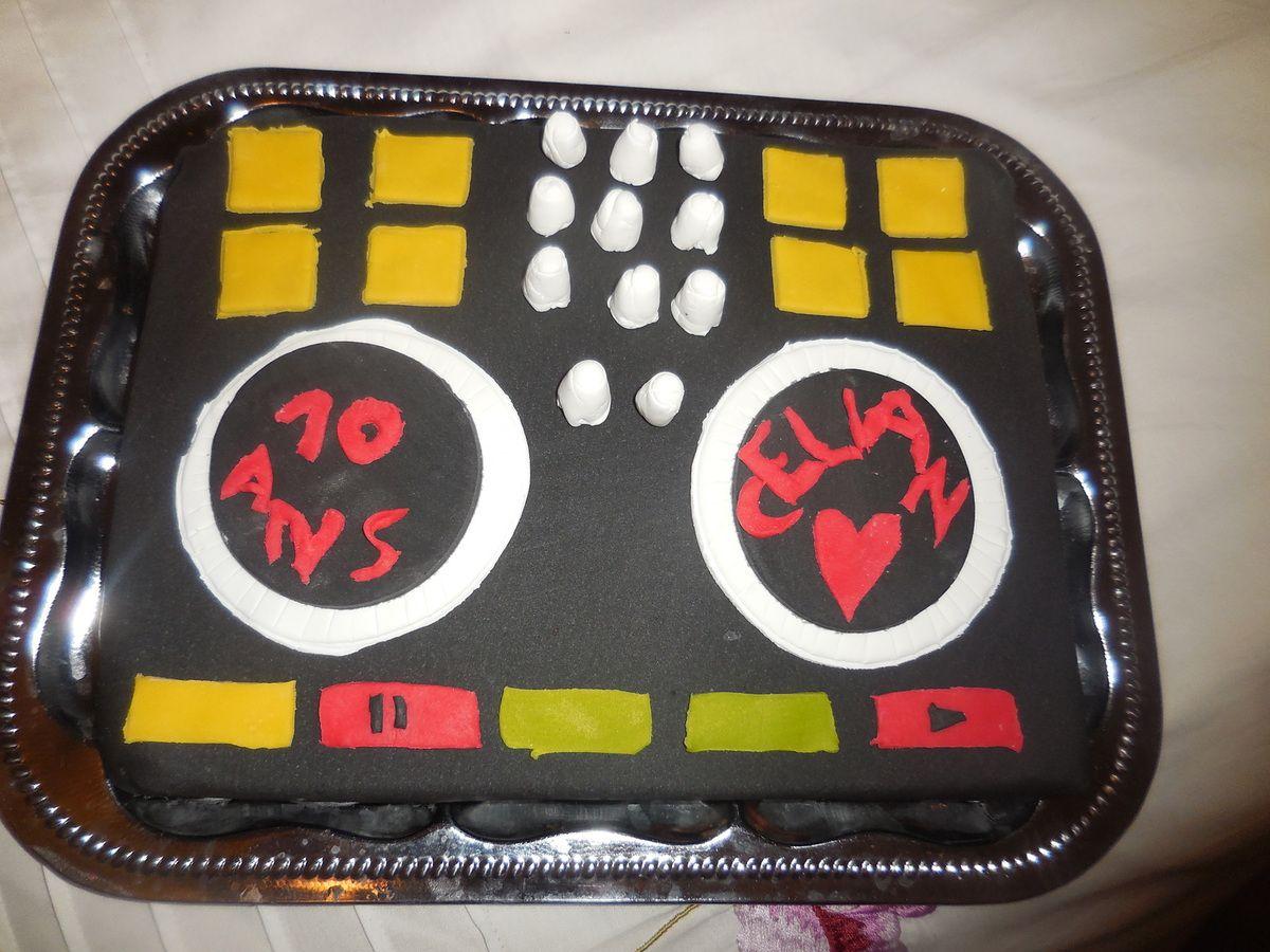 gâteau en forme de platine DJ