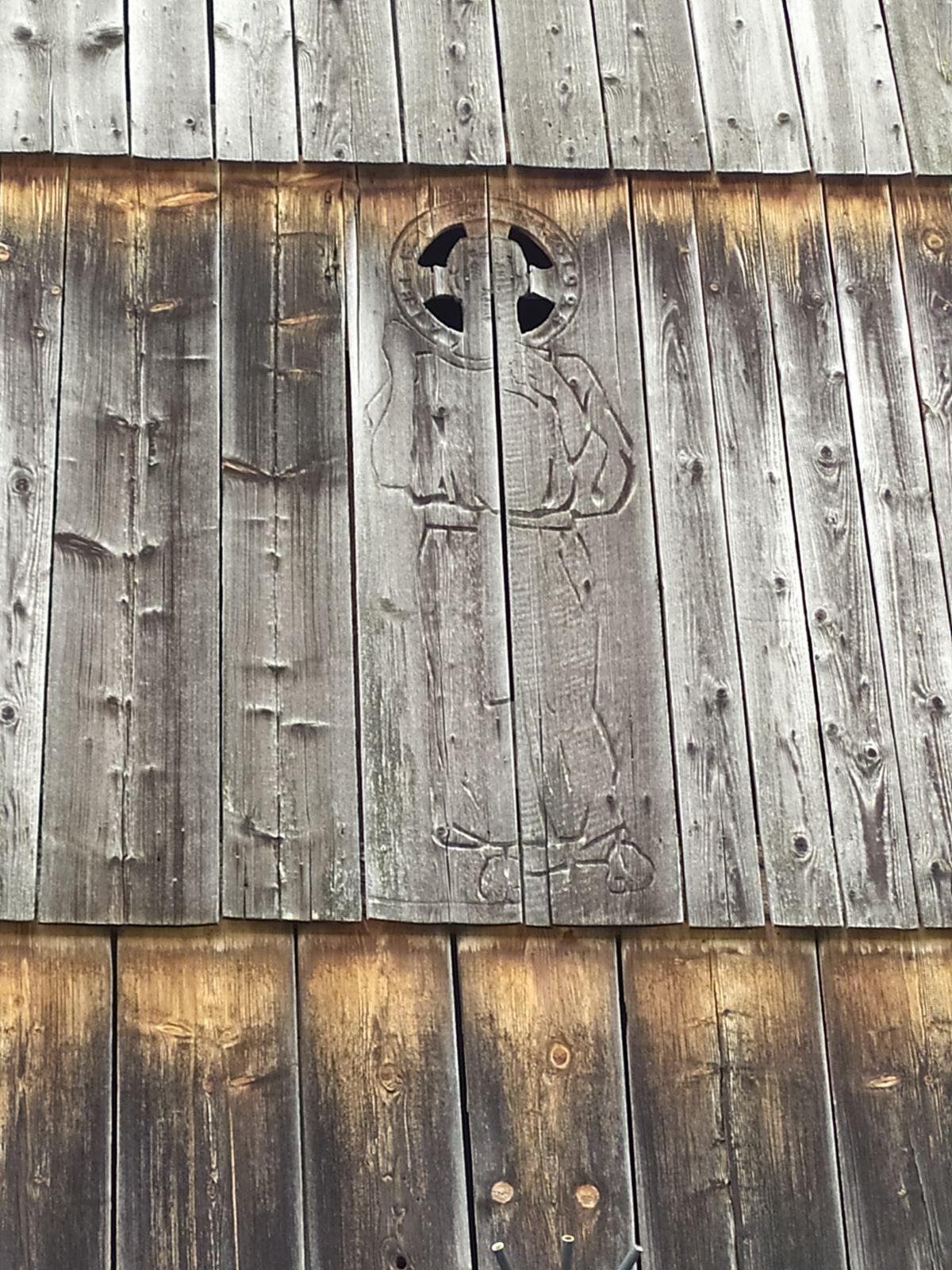 Voici un détail de la talvanne sculptée par l'artiste...