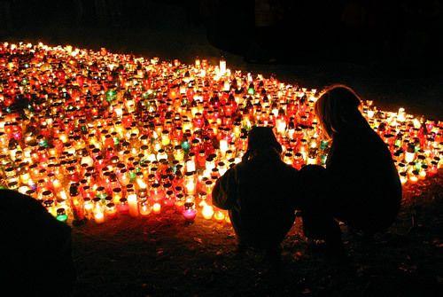 dépôt de cierges décorés au cimetière à Belchatow