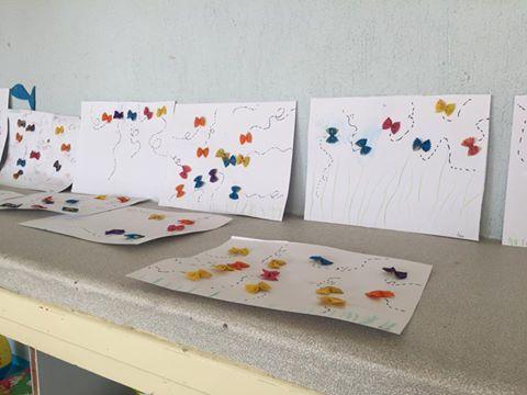 fabrication d'oiseaux, chants, décor papillons, repas