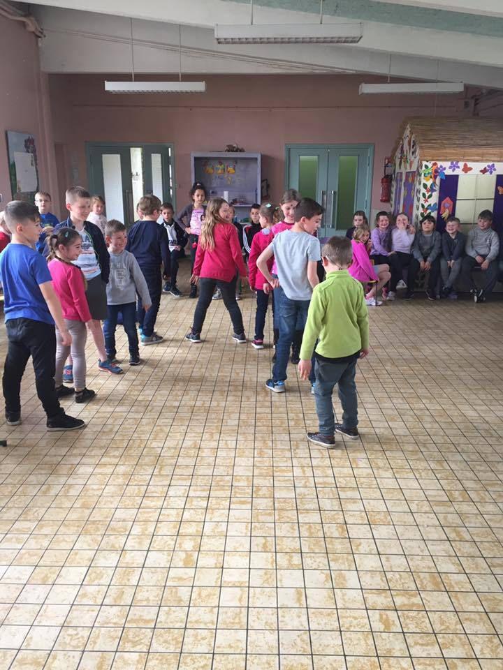 En raison de la météo et des structures fermées , les enfants sont revenus au centre pour participer à un vendredi tout est permis  avec un groupe des 5-6 ans .