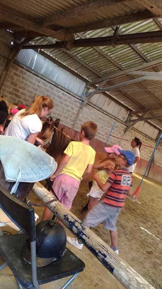 Après la visite, les poupées de paille , les voilà sur les poneys!