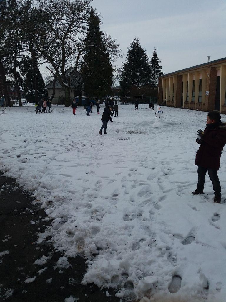 Les mercredis s'enchaînent et.... se ressemblent.  qui a fait le plus beau bonhomme de neige?
