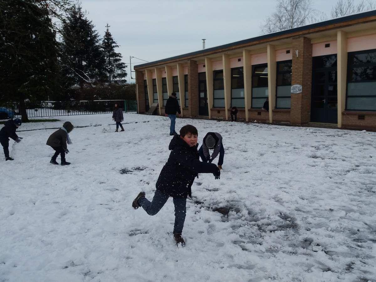 pour les primaires la construction du bonhomme de neige se termine par une bataille ah les coquins❄🌨