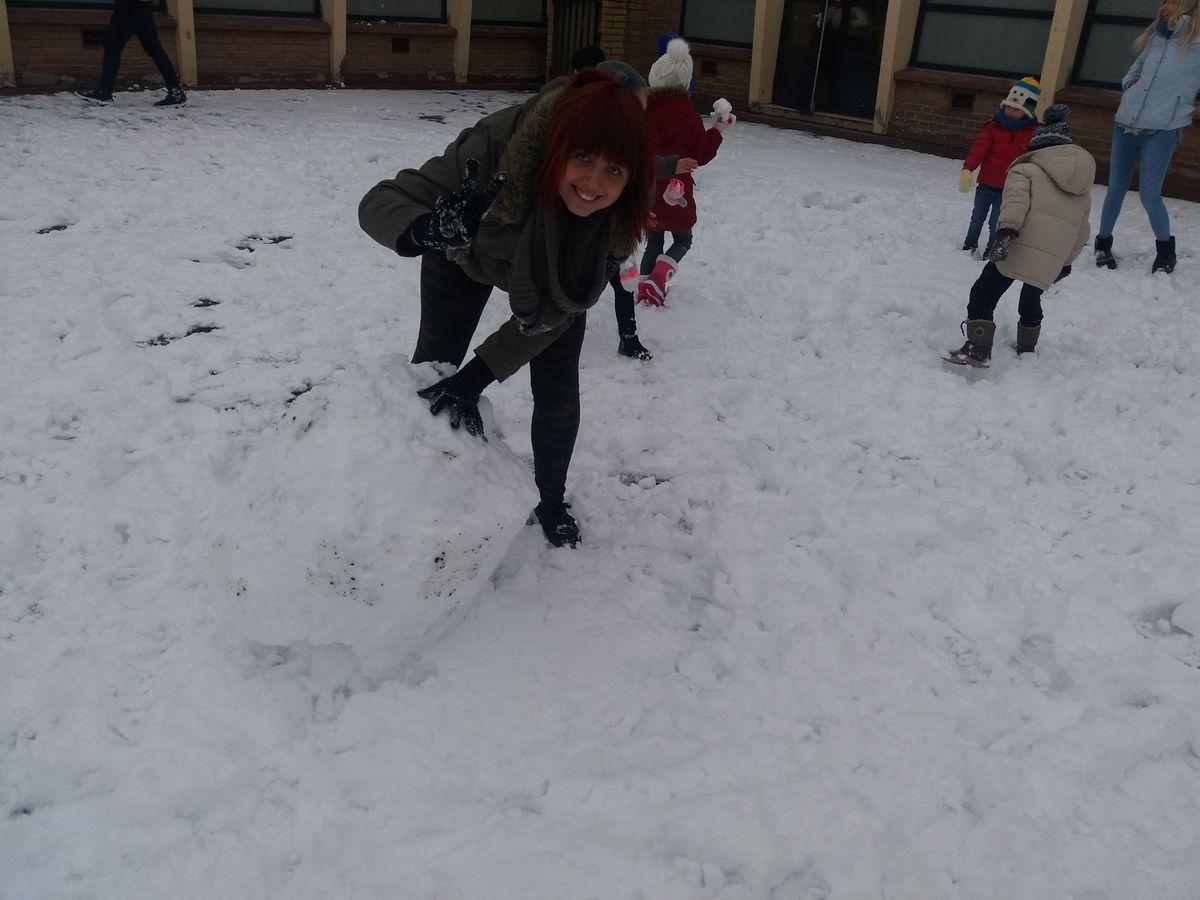 la neige fait son apparition pour le plus grand bonheur des enfants bataille de boules de neige et bonhomme