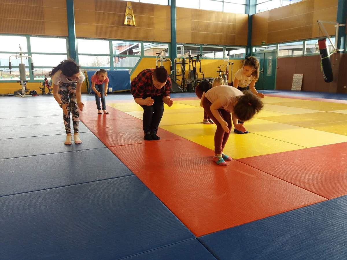 Un peu de sport pour les grands: au programme,  jeux de raquettes,  danse hip-hop, et initiation au combat médiéval