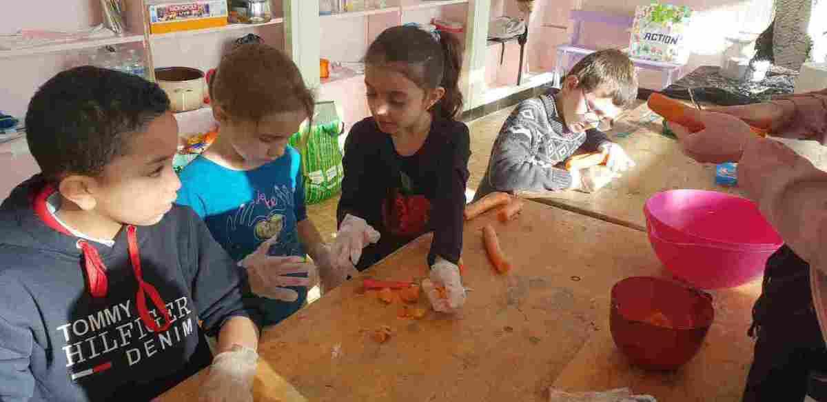 Activité culinaire ce matin pour les 6-7 : rouleau de printemps sucré, soupe et blé au légumes