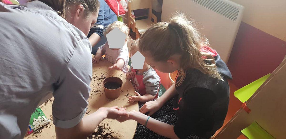 Atelier jardinage avec le petits de la Crèche