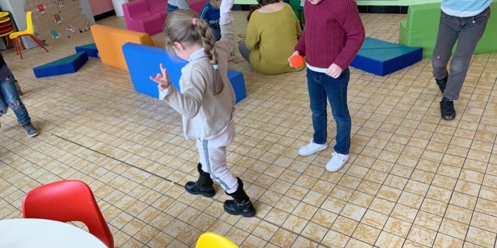 Atelier Cirque ce matin pour les maternelles: Les enfants font preuve de créativité et d'équilibre🤡