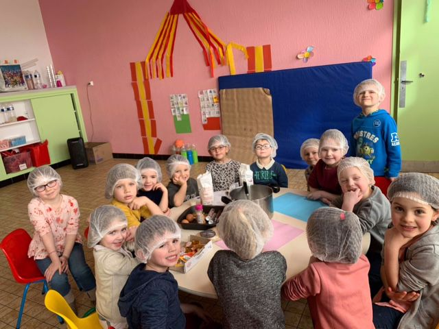 Temps calme culinaire chez les maternelles : préparation de cookies... Vivement le goûter !