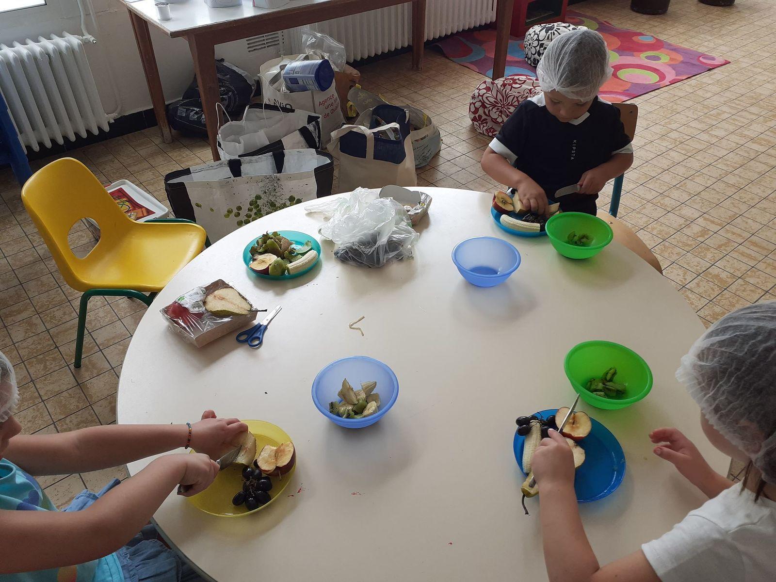 Activité culinaire - Salade de fruits - On se lave les mains, on épluche, on découpe, on déguste MIAM MIAM !